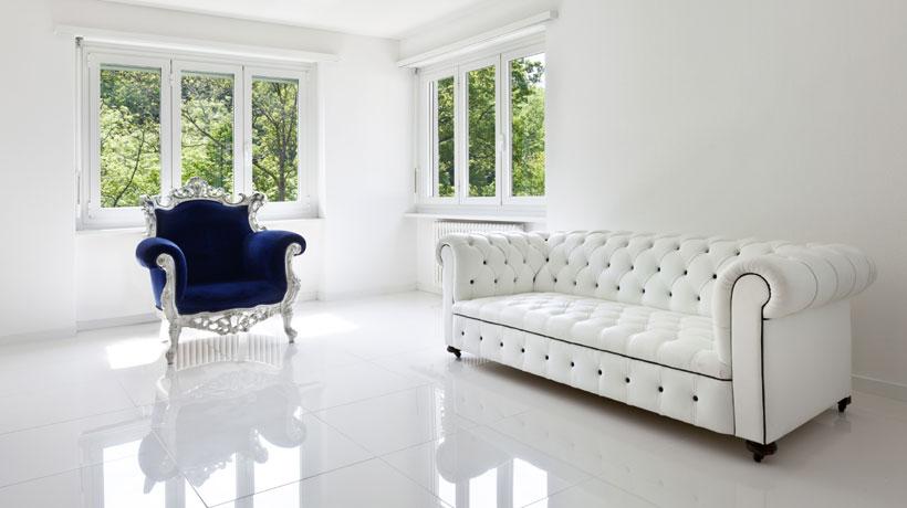 Sala com móveis vintage e porcelanato branco