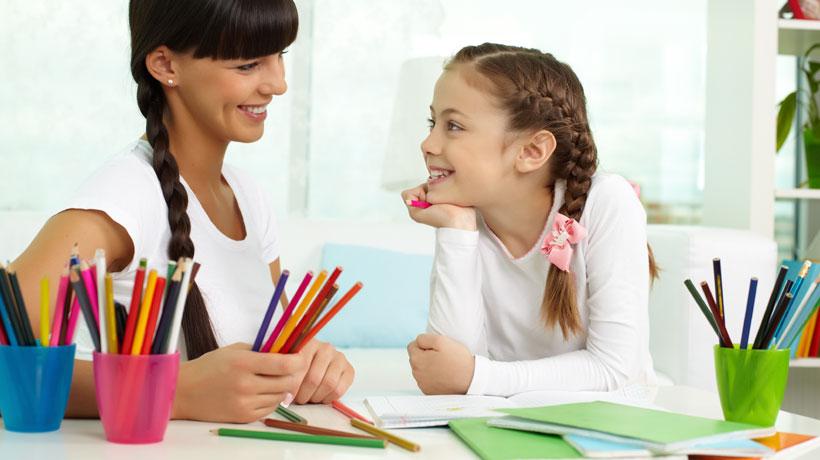 Mãe e filha organizando material escolar