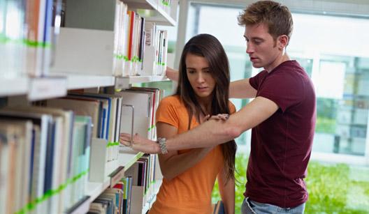 casal em biblioteca discutindo