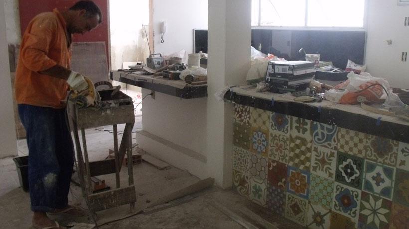 Ladrilho instalado na bancada da cozinha