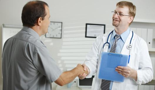 Médico e paciente cumprimentando-se
