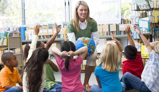 Professora com crianças em sala de aula