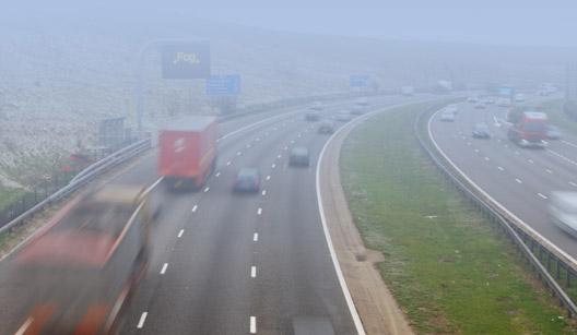 carros em rodovia com neblina