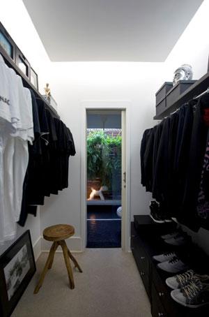 closet com ternos e sapatos