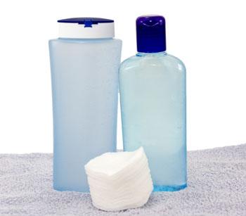 Dois frascos azuis e um algodão