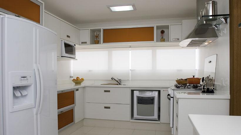 Cozinha branca e laranja