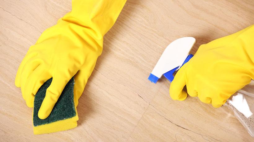 Limpando piso arranhado