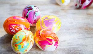 Faça você mesmo ovos com efeito marmorizado para Páscoa