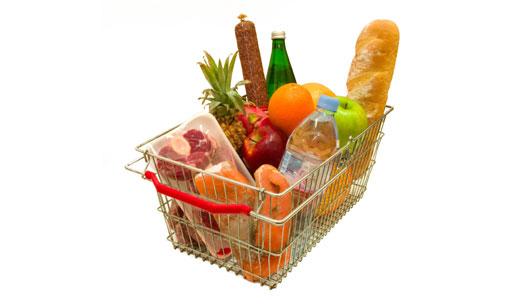 Cesta de supermercado com alimentos
