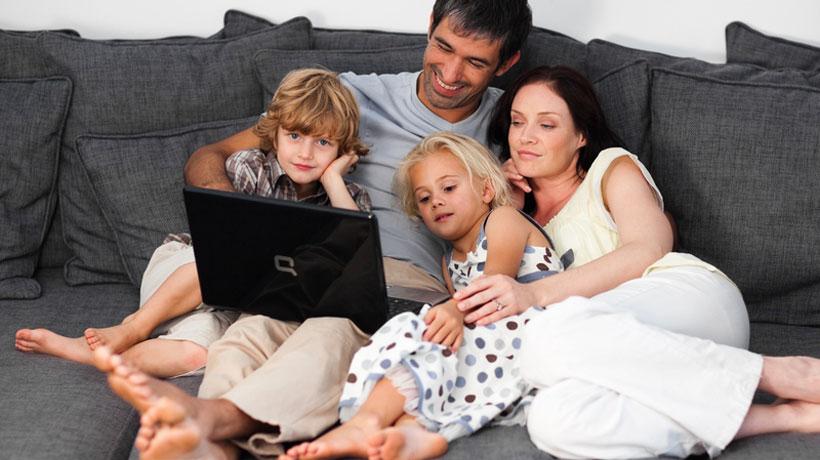 família sentada no sofá