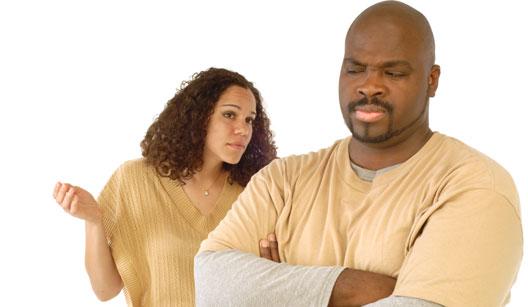 mulher argumentando com homem chateado