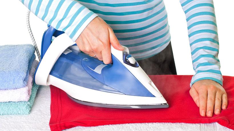 Pessoa passando roupa com ferro