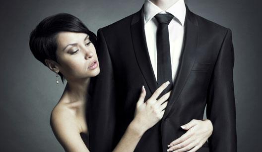 Mulher abraçando homem com terno