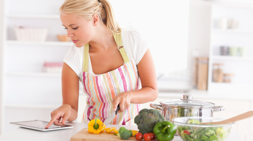 Mulher picando legumes