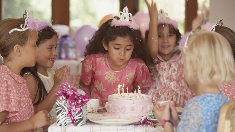 Menina comemorando aniversário