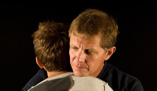 Adulto e criança se abraçando