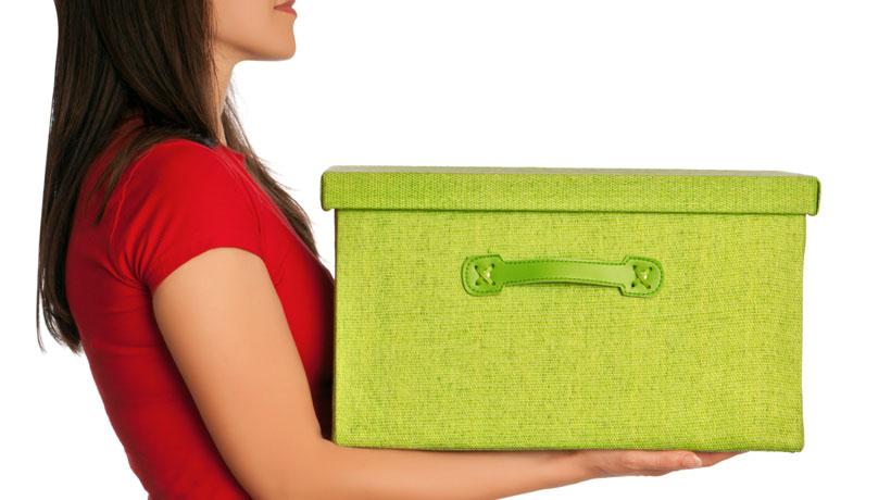 Mulher carregando caixa verde