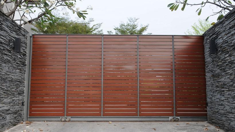 Portão de madeira ripado