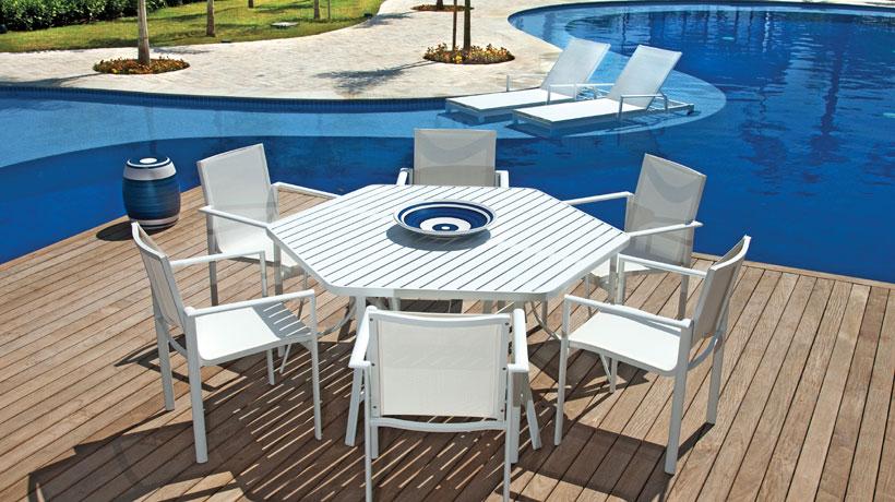 Deck de madeira para piscina com mesa e cadeiras
