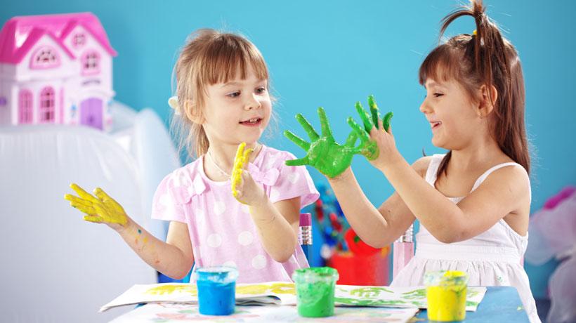 Crianças com mãos pintadas