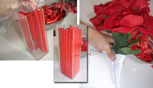 Vaso com flores e balas vermelhas