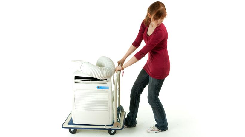 Mulher empurrando ar condicionado portátil