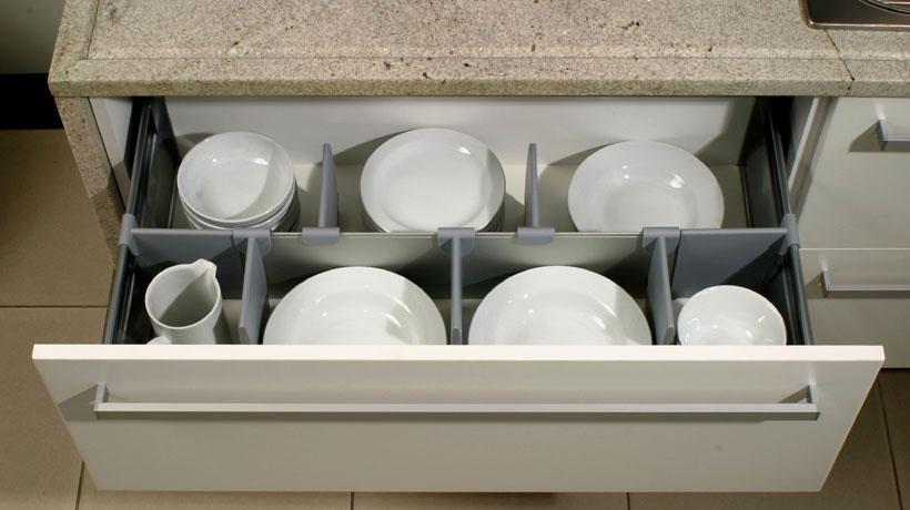 Gaveta com xícaras e pires organizados