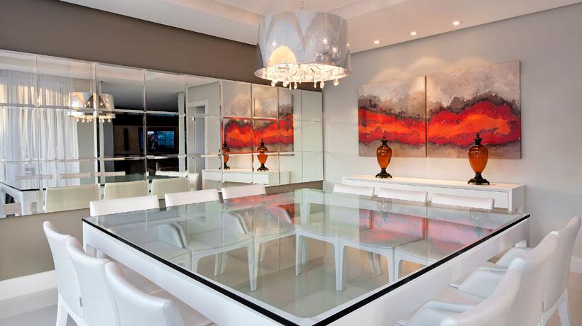 decoração de sala com espelhos e quadros