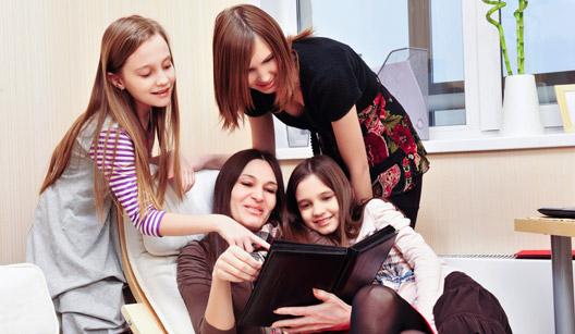 Jovens vendo fotos