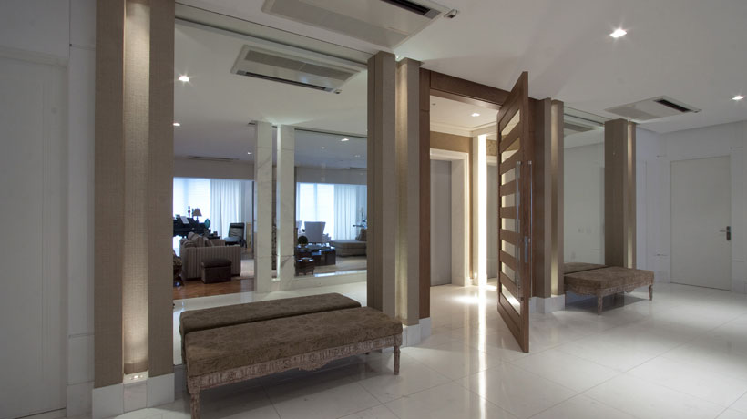 sala ampla com porta pivotante