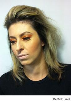 mulher maquiada com sombra dourada e batom nude