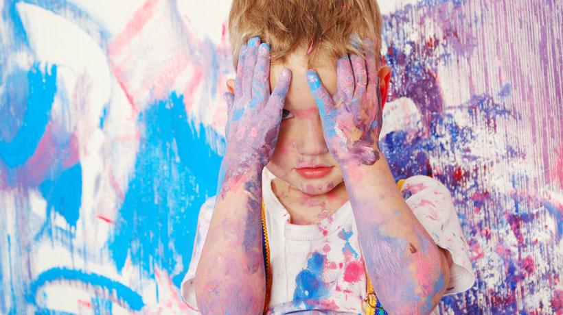 criança suja de tinta