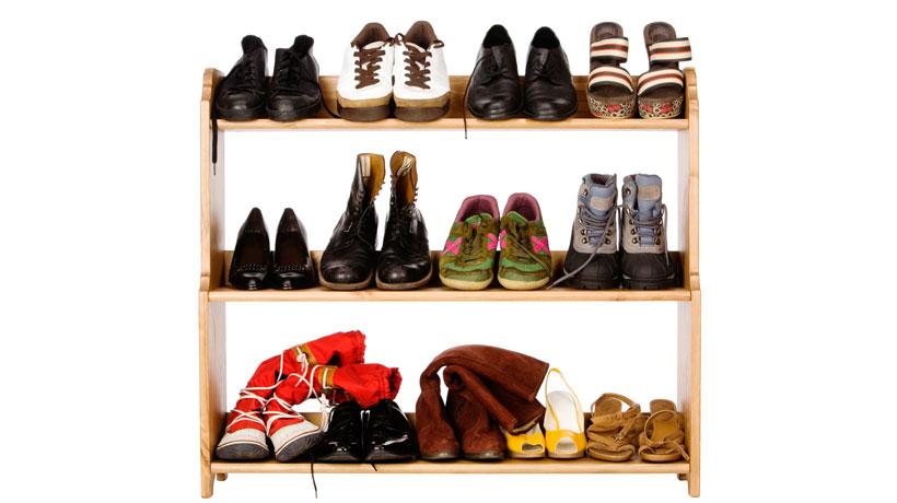 sapatos organizados em prateleira