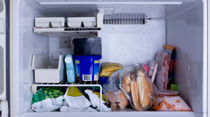 Freezer com pacotes de comida congelada