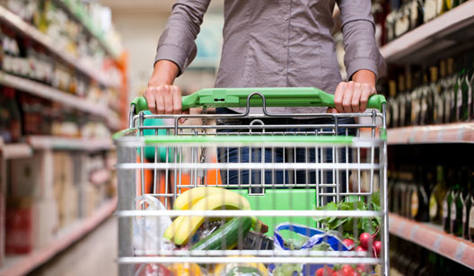 mulher fazendo compra em supermercado